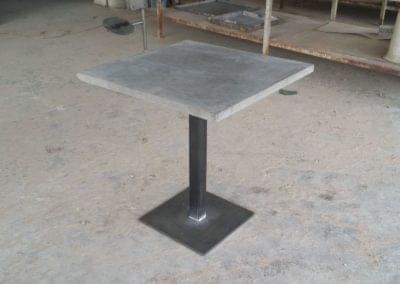 Mesa de hormigón y acero